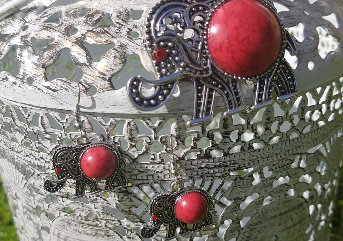 This piece of jewellery is stylishly crafted. The elephants have a touch of redstone in the design Such a statement piece. Worn quite tight as a choker chain necklace.