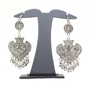 Show your love for fashion by complimenting your outfit with these silver earrings. Wear them with your casual outfit or going out attire.